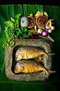 Fried sea short mackerels with shrimp paste Thai Recipes, Gourmet Recipes, Eat Thai, Spa Food, Authentic Thai Food, Photo Food, Thai Cooking, Thai Dishes, Exotic Food