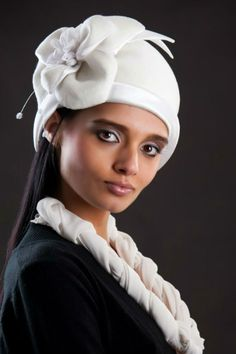 Latince başa giyilen başlık anlamına gelen cappa dan türemiş bir kelimedir. Türkçe'deki şapka  kelimesi Rusça'dan alınmıştır.   İşte bu sene...