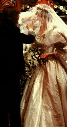 July Prince Charles marries Lady Diana Spencer in Saint Paul's Cathedral. David Emanuel puts the finishing touches onto Lady Diana before she proceeds down the aisle to marry Price Charles. Princess Diana Wedding, Princess Diana Family, Royal Princess, Prince And Princess, Princess Of Wales, Lady Diana Spencer, Spencer Family, Royal Brides, Royal Weddings