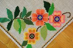 Überregionaler gut gemacht Vintage 1960er Jahre unbenutzt größere handgemachter Stickerei Kreuz-Stich Beige Leinen Tischdecke mit konventionalisierte Blumenmuster