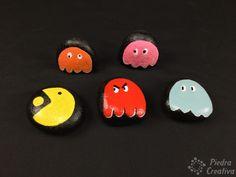 Juego de PacMan pintado en piedras Halloween Rocks, Halloween Spider, Easy Halloween, Halloween Crafts, Halloween Decorations, Ghost Crafts, Glue Crafts, Easy Crafts, How To Make Ghosts
