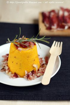 Pumpkin soufflé with bacon and rosemary Pumpkin Souffle, Pumpkin Bread, Gourmet Recipes, Vegetarian Recipes, Cooking Recipes, Antipasto, Flan, Salty Foods, Party Finger Foods