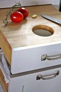 Çöp dolabı üzerine pratik bir çöp çekmecesi ve doğrama tahtası kazandırmak için öneri