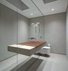 Spiegelwände lassen das kleine Bad größer wirken-Waschbeckentisch schwebend