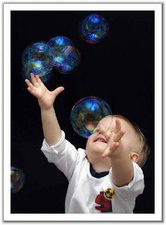 In viaggio o a casa, preparare da soli le bolle di sapone può essere un ottimo diversivo per tenere impegnati i bambini. Ecco come si fa.