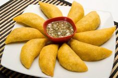 Enjoy a culinary experience as you visit these food places for your honeymoon. Check out the post now to find out about the various International honeymoon food destinations. Colombian Food, Colombian Recipes, Date Dinner, Food Places, Food Cravings, Diet Recipes, Carrots, Food Photography, Spices