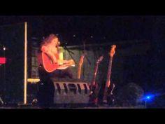 """Aurora synger """"Prisoner of the Road"""" på juleavslutningen"""