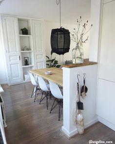 Slow Living - Weniger ist mehr! Wir alle sehnen uns nach Vereinfachung und einer Besinnung auf das Wesentliche. Entdecken Sie hier den Interior-Trend, der neuen Minimalismus ins Zuhause bringt. Das Geheimnis: Möbel mit schlichten Formen, die im Raum symmetrisch angeordnet werden. Und zurückhaltende Farben wie Schwarz, Weiß und Grau, die Ruhe ausstrahlen. 📷: @angelina_cura // Küche Esszimmer Wohnküche Einrichtung #Hygge #Scandi #Nordisch #Interior #Stuhl #Stühle Table Extensible, Kartell, Decoration, Kitchen, Inspiration, Furniture, Home Decor, Wood Bar Stools, Minimalist Home