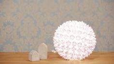 DIY: Designerlampe im Origami-Look -   Du setzt gerne kreative Projekte um, aber du hast wenig Zeit und dich nervt die Besorgung der Materialien? Wir kennen diese Probleme und haben deswegen MAKERtube entwickelt.  In diesem Angebot präsentieren wir dir unsere Designerlampe im Origami-Look  Die MAKERtubeBox beinhaltet alle Materialien sowie eine Schritt für Schritt Videotutorial in deutscher Sprache. Damit kannst du diese coole Lampe im Origami-Look ganz einfach selbst basteln.