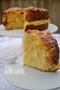 Bienenstich (Bee Sting Cake) Bun-like cake with a creamy custard filling and a caramelized almond topping. www.myfamilykitchen.net