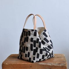 this nice and simple box tote is a great size to carry around and also makes a good project bag the tote can be left open or you can use t… Selling Handmade Items, Handmade Bags, Sac Week End, Diy Handbag, Fabric Bags, Big Bags, Tote Bags, Tan Leather, Bag Making