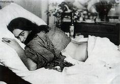 Frida Kahlo: by Tina Modotti                                                                                                                                                                                 Mais