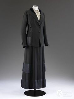 Serge suit comprising a coat and skirt trimmed with Jacquard silk, John Redfern & Sons, London, ca. 1911. Courtesy Victoria and Albert Museum, CC BY.