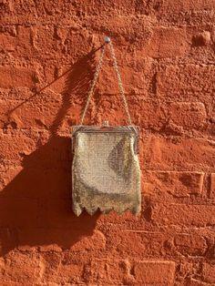 Un mini sac à main en cotte de maille, style années 20