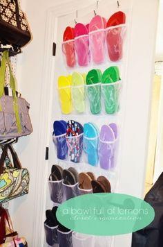 Aqueles organizadores de porta também podem servir para agrupar chinelos, sandálias e sapatilhas - foto: a Bowl Full of Lemons