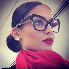 Photographs to show you how to look stunning and sexy wearing glasses for girls. Many photos of women wearing glasses and looking gorgeous. How to choose the right type of glass frame for women. Cute Glasses, Girls With Glasses, Glasses Style, How To Have Style, My Style, Style Hair, Girls Tumblrs, Lunette Style, Fashion Eye Glasses