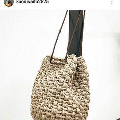 Bom dia com esta bolsa lindaaaaa! #crochet #croche #handmade #bolsa #bolsacolorida #fiodemalha #feitocomamor #feitoamao #trapilho #totora #knit #knitting #bolsadecroche #crochetbag #bag Por @kaorusaito2525