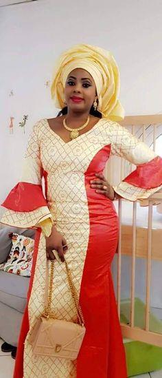 Deux pièces d'habillement de la femme africaine en bazin et dentelle. Robe est d'une longueur de cheville couleur deux pièces robe évasée en bas. Manches évasées en dentelle et bazin en deux étapes. Il s'agit d'un tissu pour les tours de tête. Nous suggérons que vous nous laissez vos