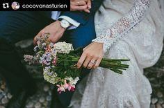 Novias ideales que desean una boda diferente y cargadas de estilo.  Repost @cocovonasturien (@get_repost) ・・・ Desde Holanda a Luarca con ❤️ boda de detalles en ese pueblecito tan especial para mí ✨✨✨✨ •Vestido @aliciaruedaatelier •Zapatos @aquazzura •Peluquería @barbareando •Maquillaje @reyestabares •Ramo de flores del jardín de su casa •Lugar Capilla de La Atalaya (Luarca) •Flores capilla Soriana •Catering @realbalneario •Carpa e iluminación Auseger •Decoración @leymarfloristas •Fotografía…