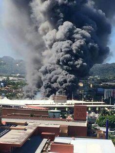 Incendio en el Hipermall Las Cascadas, Antiguo Cuscatlán, La Libertad. El Salvador. Ene 3/2015.