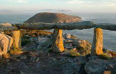 """Mar y montaña, Galiciaposee algunas de las panorámicas más espectaculares. Puntos estratégicos desde los que disfrutar de maravillosas puestas de sol y monumentos. 1) """"Monumento al Voyeur"""", de Enrique Saavedra Chicheri en Arteixo (A Coruña) 2) Parque de la Alameda…"""