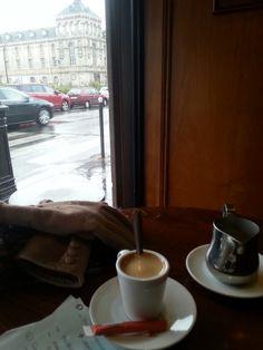 Le Paris Rome. Boulevard des batignolles. En attendant ma visite. Entre pluie neige et soleil. Et le froid de janvier. Décor parigot du nord ouest.  Je suis bien , dur dur de se motiver pour faire 2h sous la flotte.....