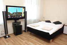 Sypialnia z TV led i kinem domowym  http://www.apartamenty-krakow.com/nocleg/apartament-kremowy/
