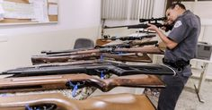 Policial inspeciona arma apreendida junto com outras 24 armas e munições na casa de um médico no bairro do Sumaré, zona oeste de São Paulo, na noite desta quarta-feira (25). Os policiais foram chamados após uma briga, e as armas, algumas de uso restrito, estavam com a posse vencida. O médico foi detido e levado ao 14º DP (Pinheiros)