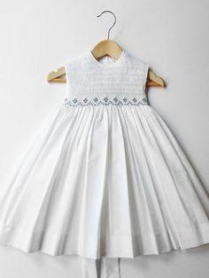 Artículos similares a Zaida Vestido para 2 - 3 años. Nueve ramilletes bordados en azul en Etsy