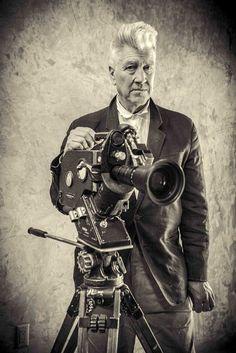 David Lynch un artiste global: photographe, musicien, peintre et cinéaste, célébré pour son univers hanté, mystérieux et onirique, peuplé d'êtres angoissant, névrotiques