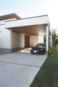 玄関前に大きな車寄せをつくり、雨の日でも濡れずに室内に入れるように