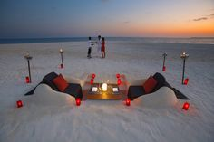 Romantic beach dinner Velassaru Island Romance and laid-back luxury thrive at Velassaru Island in the Maldives - a spectacular five-star resort set amidst the clear waters, luxuriant gardens, and sugary sands of the South. Romantic Beach, Romantic Places, Romantic Dinners, Beautiful Places, Romantic Restaurants, Beach Dinner, Beach Picnic, Places Around The World, Around The Worlds