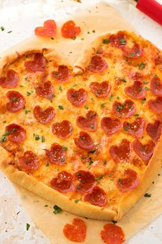 This homemade Heart Shaped Pizza is a delicious and simple pizza that is perfect for Valentine's Day or special occasions. This Heart Shaped Pizza is a delicious homemade pizza that is perfect for Valentine's Day or special occasions. Valentine Pizza, Valentines Day Dinner, Valentine Party, Valentines Food, Pizza Hut, Pizza Dough, Delivery Pizzaria, Comida Pizza, Pizza Recipes Pepperoni