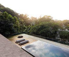 Rooftop infinity pool overlooks the Brazilian rainforest from Studio Jungle House Indoor Swimming Pools, Swimming Pool Designs, Skyline Von Chicago, Brazilian Rainforest, Studio Mk27, Architecture Design, Jungle House, Rooftop Design, Rooftop Pool