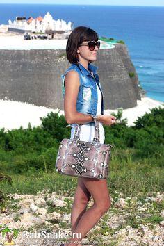 Классическая Сумка из кожи питона от BaliSnake.ru. Размеры: 30 x 20 x 15 см.  Цена: 10'000 рублей.  📲 По всем вопросам заказа и доставки пишите в WhatsApp/ Viber/ SmS +79036678272 Виктория. 🎀Доставка напрямую с острова Бали по всему миру, в любые города и страны в течение 7-10 дней, курьером до двери✈📦🏩 #мода #модно #куртка #dior #ручнаяработа #сумкиоптом #москва #handmade #сумки #питон #сумкаизпитона #сумкапитон #лето #balisnake #python #уфа #сумка #кожа #скидки #распродажи #москва…