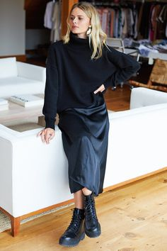 Midi Skirt Outfit, Winter Dress Outfits, Black Midi Skirt, Casual Outfits, Black Silk Dress, Midi Skirts, Edgy Work Outfits, Summer Dresses, All Black Outfit For Work