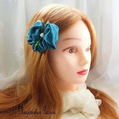 Barrette française 5 cm papillon satin bleu canard corps de perles vert - Un grand marché Satin Bleu, Barrettes, Dimensions, Unique, Blue Green, Romantic Hairstyles, Beads, Papillons, Silk