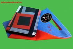 Fundas para Ebook artesanales, acabado plástico resinado. Motivo Cuadro Rojo-Negro. Incluye una bolsita de fieltro, también hecha a mano  Medidas: 19,00x13,30x2,00 cm.  Materiales:  Exterior plástico resinado.  Interior velour negro.  Sujeción del Ebook y cierre de la funda con goma elástica.