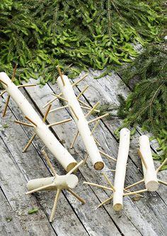 Mustaksi maalattu oksanaulakko päihittää mennen tullen kaupan valmisnaulakot. Tee Meidän Mökin ohjeilla kätevä naulakko saunaan tai eteiseen.