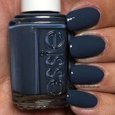 Stunning dark blue nail polish from Essie Nagellack Essie 17 Amazing Nail Polish Hacks That You'll Love Gorgeous Nails, Love Nails, Pretty Nails, Nagellack Design, Nagellack Trends, Navy Blue Nails, Pink Nails, Dark Gel Nails, Dark Color Nails