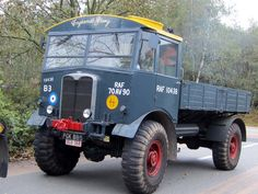 The Scammell Pioneer was a British tractor unit used in the Second World War as an artillery tractor, recovery vehicle and tank transporter Vintage Trucks, Old Trucks, Overland Truck, Old Lorries, Military Jeep, Bus Coach, Army Vehicles, Train Car, Commercial Vehicle