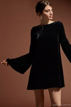28 best Ideas for moda invierno 2019 tendencias mujer Lil Black Dress, Black Dress With Sleeves, Outfit Vestido Negro, The Dress, Dress Skirt, Stylish Outfits, Fashion Outfits, Mode Hijab, Glam Rock