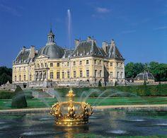 XVII. yüzyılın ortalarına ait mimari ve dekoratif açıdan bir şaheser olarak görülen Vaux-le-Vicomte Şatosu, 14. Louis'nin finansal kontrolörü Nicolas Fouquet için Seine-et-Marne'daki Maincy'de inşa edilmiştir.  Chef-d'oeuvre architectural et décoratif du milieu du XVIIe siècle,  le château de Vaux-le-Vicomte a été construit pour le surintendant des finances de Louis XIV, Nicolas Fouquet, à Maincy en Seine-et-Marne.