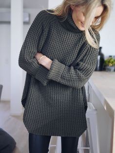 Love the looseness and length of the sweater, would look great with leggings and fun shoes.