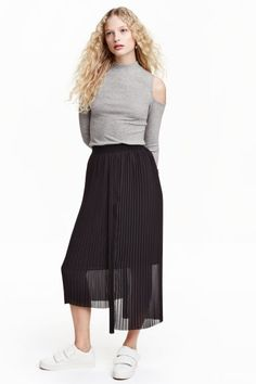 Pleated skirt: Calf-length skirt in pleated chiffon with an elasticated waist, pleats front and back and an asymmetric hem with one longer side. Lined.