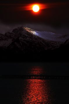 Moon and Sun / lua e sol Beautiful Moon, Beautiful Sunrise, Beautiful World, Beautiful Scenery, Beautiful Images, Beautiful Things, Yves Duteil, Cool Pictures, Cool Photos