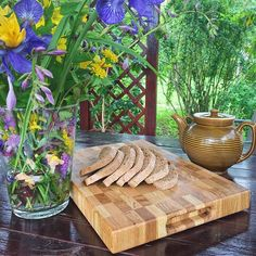 WEBSTA @ adirondack.com.ru - Лето. Дача.Отличная погода. Утро. Завтрак. Хлеб на доске. #торцеваяразделочнаядоска #разделочнаядоска #завтрак#дача#дуб#кухоннаяутварь#деревяннаяразделочнаядоска#кухня#готовимдома #повар #букет#ручнаяработа #handcrafted #handmade #kitchen #breakfast