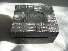 Drewniana szkatułka zdobiona pastą strukturalną.