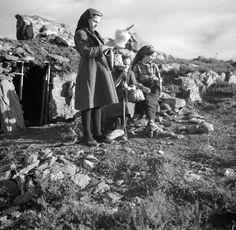 Spinning wool in Trás os Montes. Portugal. Trás-os-Montes, década de 50. Artur Pastor