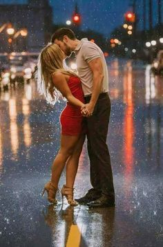 Kiss in the rain - engagement photo idea by Shelley Vinson Couple Photoshoot Poses, Couple Photography Poses, Couple Shoot, Cute Couples Goals, Couples In Love, Romantic Couples, Photo Couple, Love Couple, Couple In Rain
